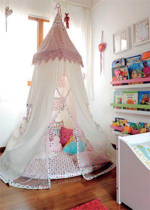 Quer coisa mais gostosa que uma cabaninha para se jogar e ler? da Maria Florzinha, a tenda foi turbinada com tecidos da Petit retrô. e fica prático pegar os livros infantis nas prateleiras do painel ao lado, instalado junto à parede
