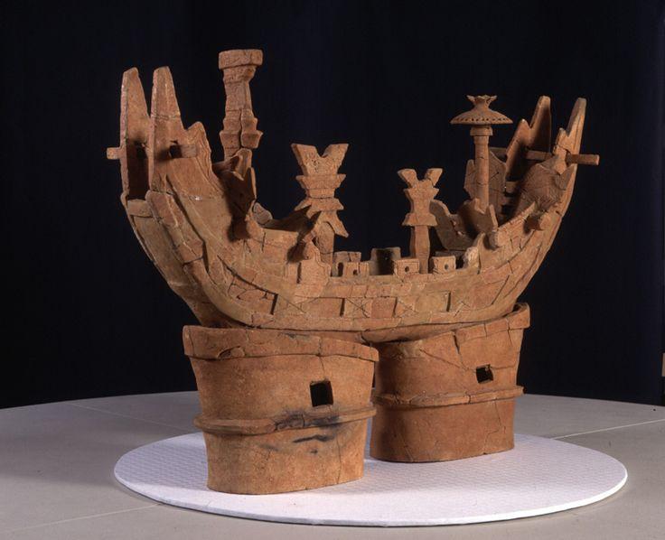 船の埴輪。 万葉集に「天の海 雲の波立ち 月の舟 星の林に 漕ぎ隠る見ゆ 」という歌がありますが、この埴輪を見ると、月の船という例えがしっくりくる気がします。