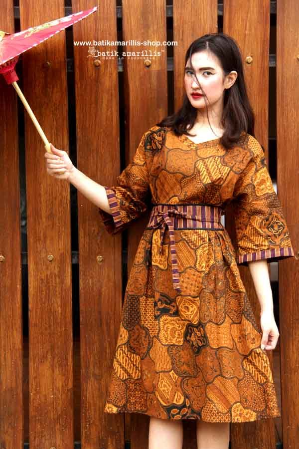Batik Amarillis's kiku Dress it is one size fit for all kimono inspired Dress/Tunic !it's unique and special with lovely obi belt which attaced to the dress/Tunic.
