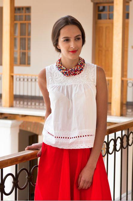 Blusa blanca de algodón con encaje y bordado hecho a mano en blanco