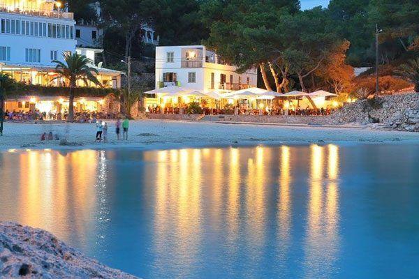 Cala Santanyí ist der Mittelpunkt der Gemeinde Santanyí auf der Südostseite der Baleareninsel Mallorca. Direkt in Cala Santanyí leben nur knapp 500 Mallorquiner (ohne Touristen), die hauptsächlich im Gastgewerbe arbeiten. Die Badebucht weist einen einladenden Sandstrand auf, der von den Hotels aus leicht zu erreichen ist.