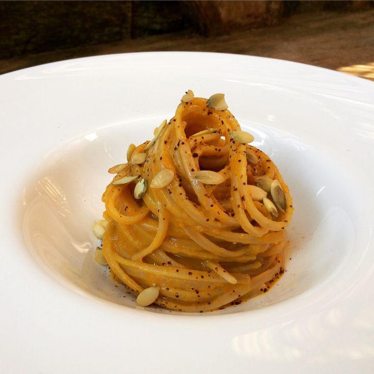 spaghetti integrali con crema di zucca e polvere di liquirizia