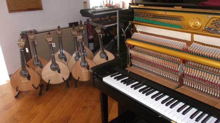 Pianos novos, semi-novos e usados, guitarras portuguesas e todo o tipo de instrumentos musicais, encontra no Salão Musical de Lisboa. Visite nos na loja o em www.salaomusical.com