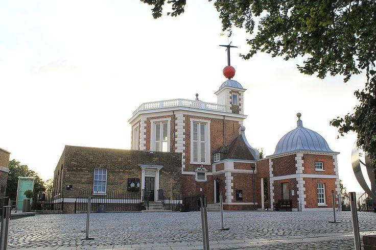 1675.Royal Observatory, Flamsteed House.2013.Джон Флемстид,выдающ. англ.астроном,познакомился с Ньютоном в Кембридже (1670),когда  был еще студентом,а Ньютон- магистром.Уже в 1673,почти одновременно с Ньютоном, Флемстид стал знаменит-он опублик.великолепные по качеству астрономические таблицы,за к-рые король удостоил его личной аудиенции и звания «Королевский астроном».Более того,король распорядился построить в Гринвиче вблизи Лондона обсерваторию и передать ее в распоряжение Флемстида.