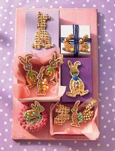 Stracciatella-Hasen-Kekse:  Kekse mit Schokoflocken dekoriert mit Zuckerschrift und Gebäckschmuck