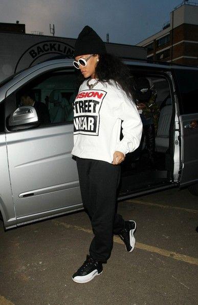 Rihanna Photos - Rihanna arrives at Musicbank recording studio. - Rihanna at Musicbank Recording Studio