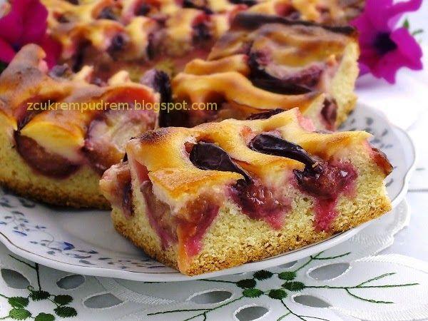 z cukrem pudrem: ciasto ze śliwkami i zalewą śmietanową