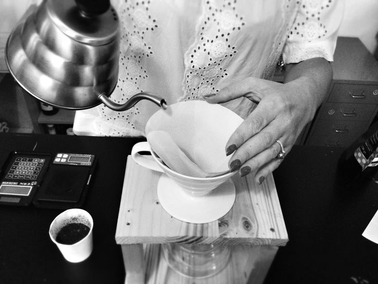 Preheating and moisturizing the paper filter for a v60 brew #coffee