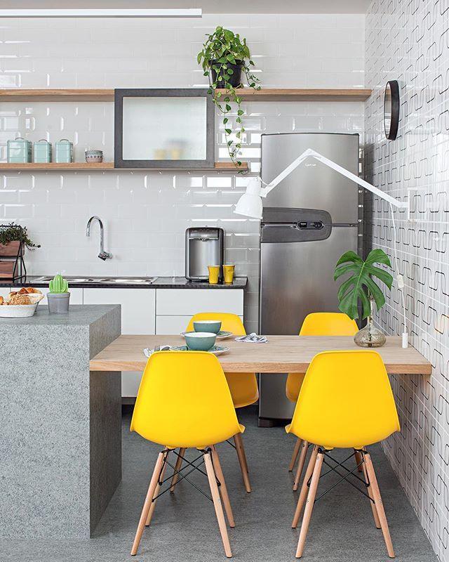"""Decoração&Arquitetura 📸 on Instagram: """"Cozinha contemporânea e iluminada 💡 Projeto: arquitetos Diogo Luz e José Guilherme Carceles  @casa100arquitetura . . . #cozinhasplanejadas…"""""""