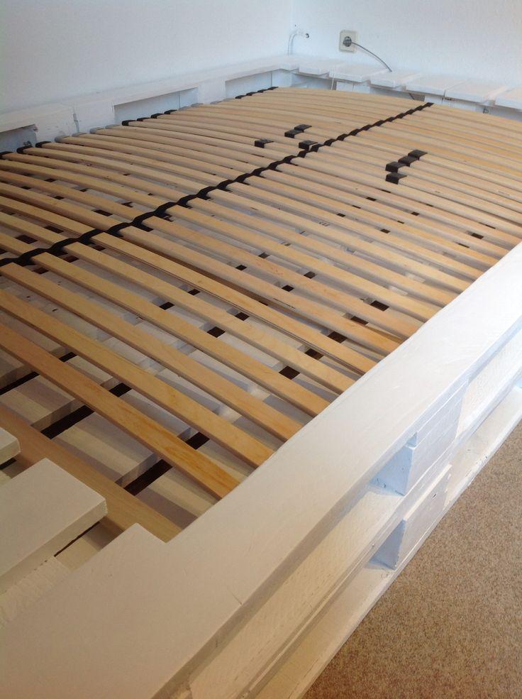 Palettenbett mit Lattenrost in weiß | Palettenbett | Pinterest ...