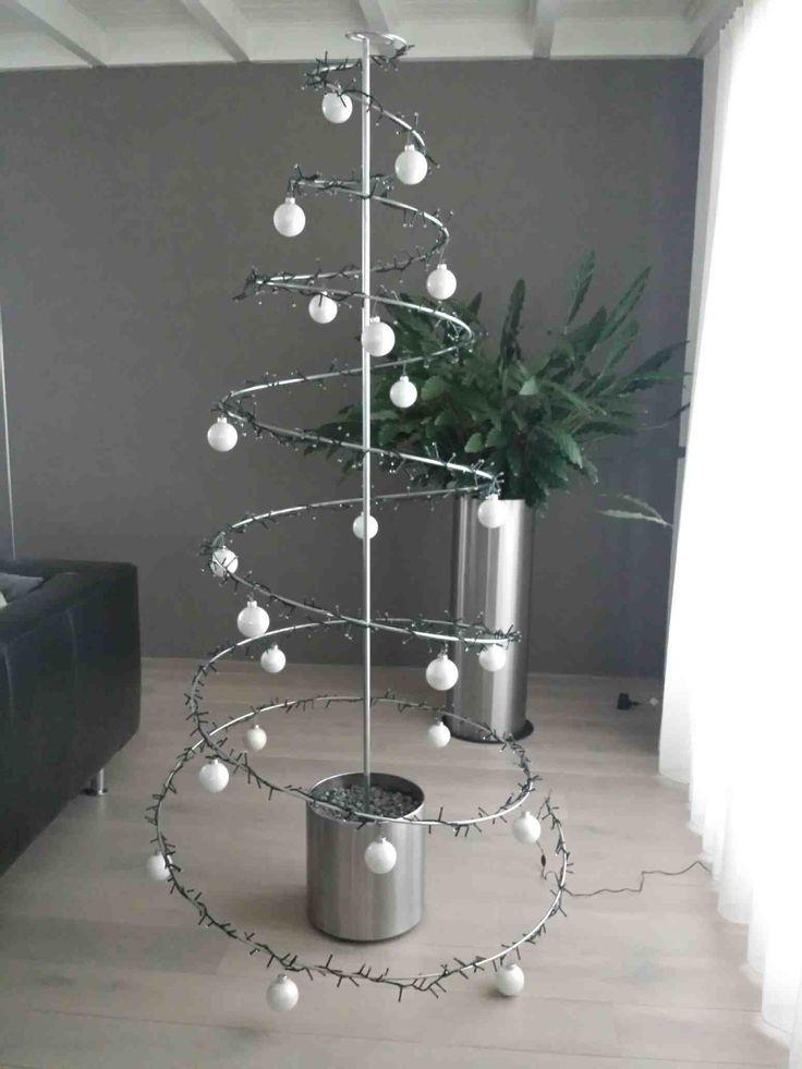 De kerstboom-spiraal is de perfecte oplossing voor wie iets anders wil dan een echte of nepboom. Modern, fris, praktisch en creatief: dát is de kerstboom-spiraal. De metalen spiraal, die oorspronkelijk bedoeld was voor de Clematis om haar bloemen omheen te krullen, bewees al spoedig haar multi functionaliteit. Met een paar lichtjes, kerstballen en fleurige