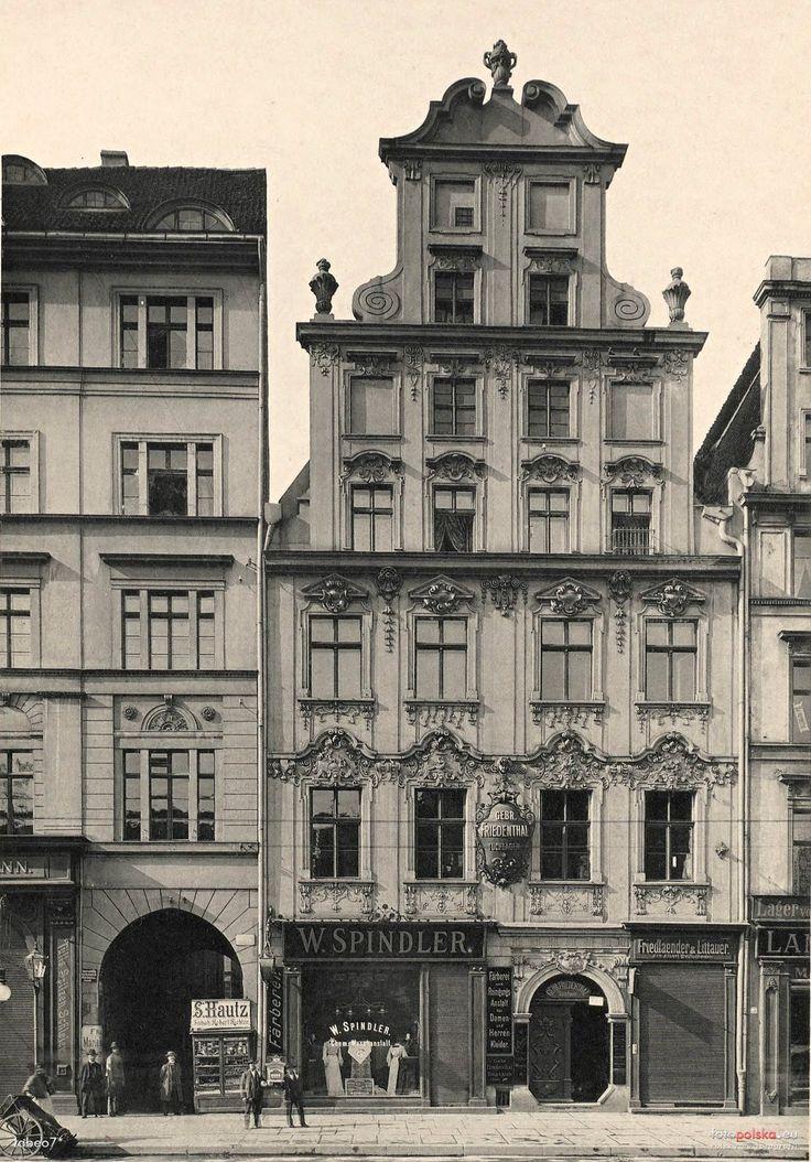 """Lata 1900-1915 , Kamienica nr 18 apteka """"Pod Ratuszem"""" oraz fragment kamienicy nr 19 """"Pod Starą Szubienicą"""""""