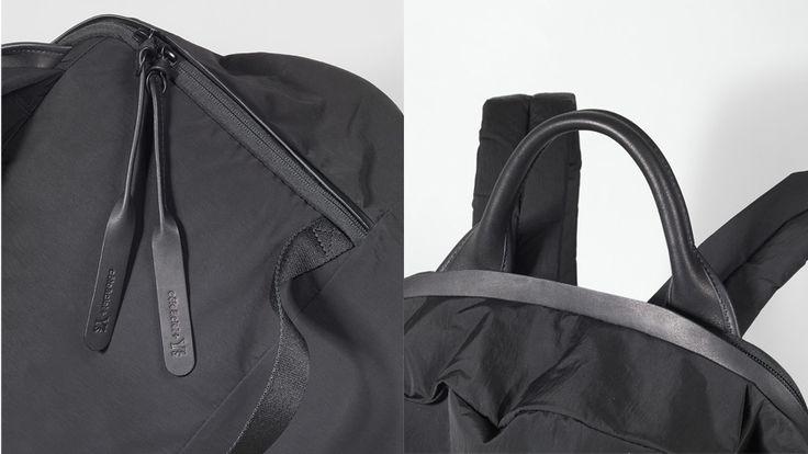 """左:Moselle Echo ¥44,000+TAX 右:Small Isar Echo ¥48,000+TAX デザイナーの山本耀司が手がけるブランド〈ワイズ(Y's)〉の秋冬コレクションが、先日7月7日(金)から店頭に並びました。このタイミングで独創的なデザインで一躍知名度を上げたフランスのバッグブランド〈コート&シエル(côte& ciel)〉とのコラボレーションによるバッグ2型が再発。   〈コート&シエル〉の「Small Isar」をベースにした「Small Isar Echo」は、小型で機能的なバッグを求める人に最適。ジッパー部分に取り付けられた止水テープはブラックレザーが使用されており、気負いなく取り入れられるサイズ感で、女性にもオススメです。   雨粒のような形をした丸いフォルムが特徴の「Moselle」をベースにつくられた「Moselle Echo」も同じくジッパーにブラックレザーが配され、小物の出し入れがスムーズにできるようインナーポケットが外側に取り付けられています。 両モデルともジッパーの引き手になる金具とブラックレザーのテープには """"Cô..."""