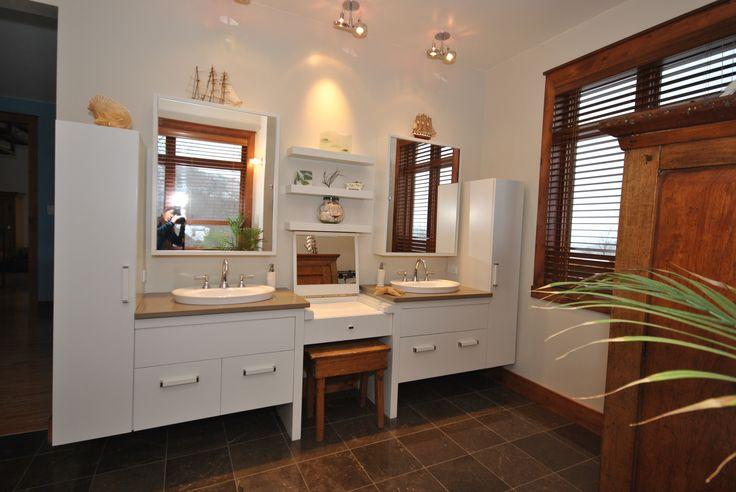 Salle de bain de style bord de mer merisier de couleur blanc cass avec ses comptoir en quartz - Salle de bain style bord de mer ...