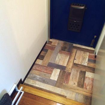 木調クッションフロアで、玄関が明るくなります。貼るだけなので、賃貸でも大丈夫!