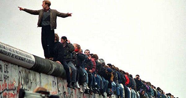 A Hidegháború két szimbóluma volt a Berlini Fal és a Vasfüggöny, mely nem csak fizikailag osztotta két részre Európát. Ez az angol teszt a történelem e két jelképpé vált építményéről szól