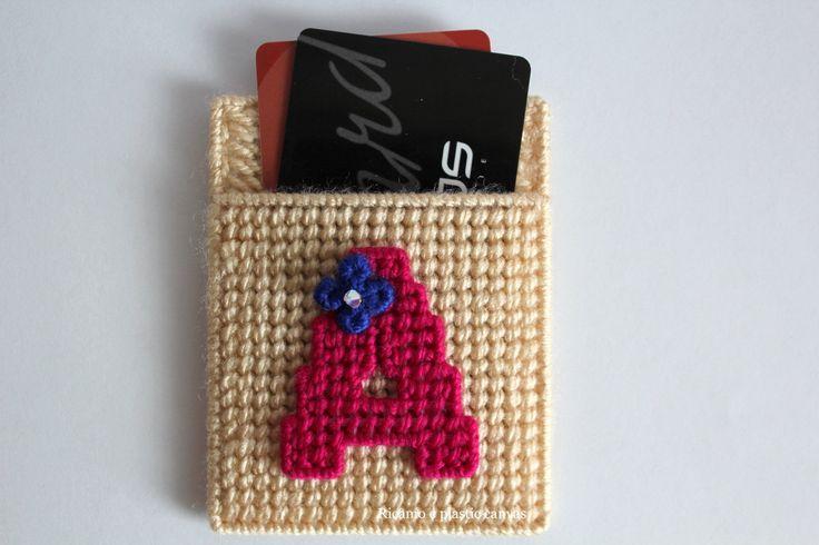 Porta carte di credito beige,porta tessere personalizzato, porta carte con iniziale,custodia per donna fatta a mano,astuccio ricamato di Ricamoeplasticcanvas su Etsy