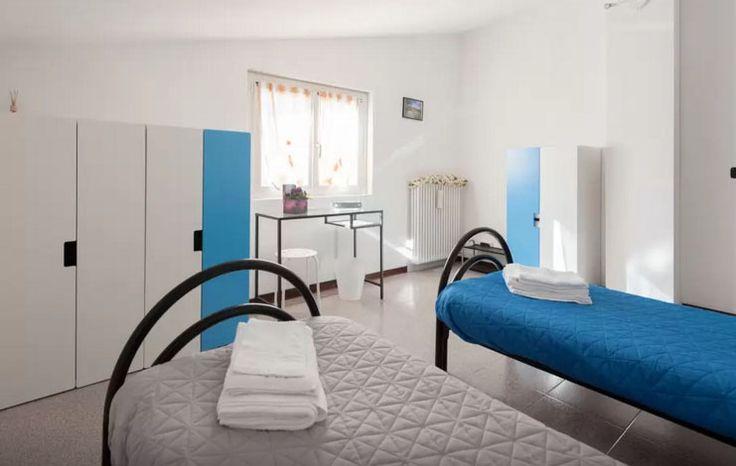 Tolasudolsa R&B, Camera Doppia Blu - Double Room Blue Camera doppia o matrimoniale standard, con arredo completo semplice e funzionale.  Dalla camera si accede direttamente alla sala da pranzo comune dove sono a disposizione degli ospiti un frigorifero, un bollitore, stoviglie ed un forno a microonde.  I 2 bagni completi sono in