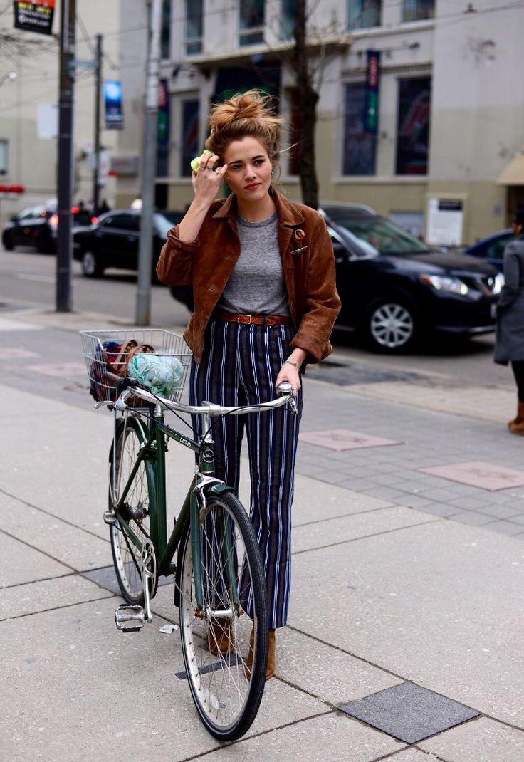 listras, calça listrada, jaqueta marrom, jaqueta de couro, cinto marrom, t-shirt cinza, messy hair, coque bagunçado, bicicleta, cycle chic,street style, casual