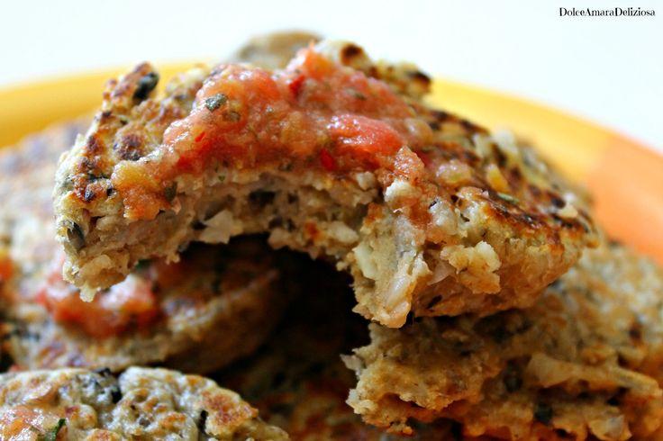 Pancakes di ricotta e fagioli neri con salsa piccante al pomodoro