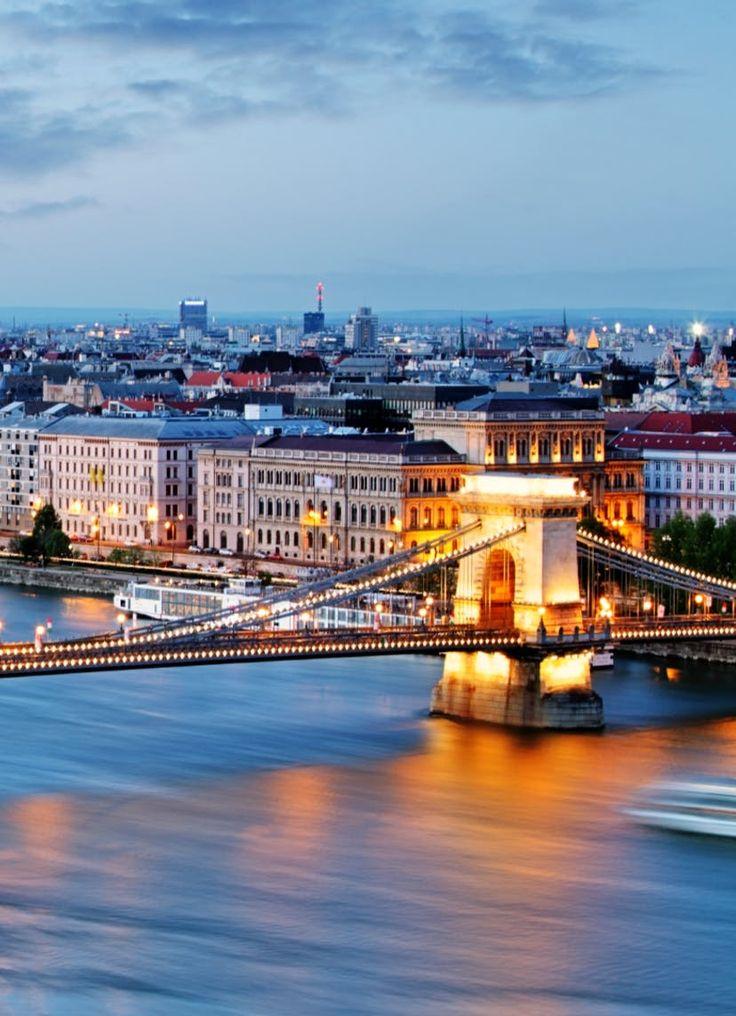 Boedapest doet veel exotischer aan dan je misschien wel had verwacht. De zalige zon weerkaatst haar stralen op de Donau, die de stad in twee deelt. Aan de ene kant ligt Boeda, op de andere oever wacht Pest. Beide stadsdelen doen een poging je hart te veroveren. Kom relaxen in de thermale baden, bewonder het majestueuze parlement, maak in een gezellig restaurantje kennis met de Hongaarse keuken en beleef dat alles vanuit een centraal hotel! De ideale citytrip vroeg je? Gevonden!