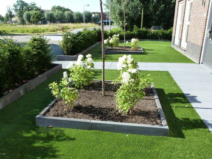 Voortuin met Kunstgras en MBI betontegels Hortensia Annabelle en Prunus boompjes  Aangeled door www.Gardenroyaal.nl
