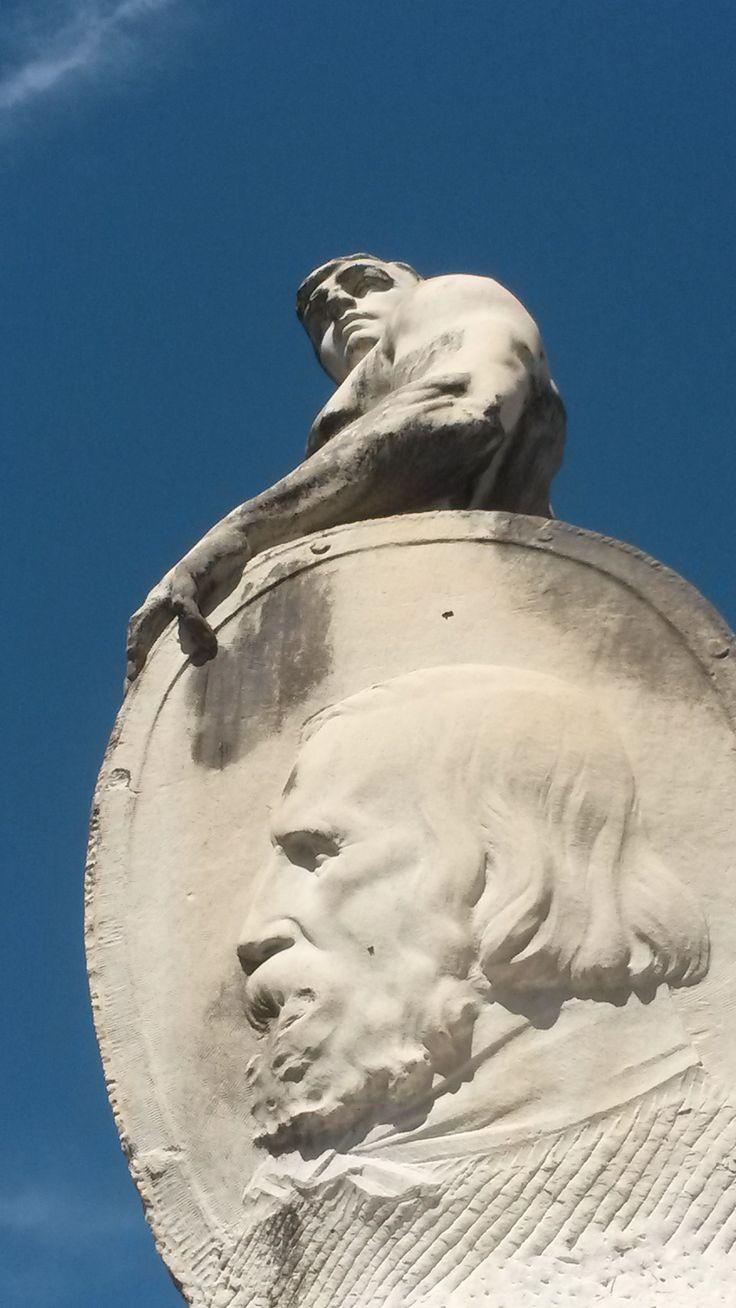 Statue in Sarzana  #ohmyguide #travel #liguria #italy #itallianbeauty #walkingtour #sarzana