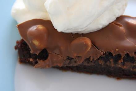 Nu kommer det utlovade receptet på kladdkakan , Snickerskladdkakan! Till en rund form 24 cm: 4ägg 5-6 dl strösocker 2tsk vaniljsocker 8 msk kakao 3dl vetemjöl 200 gram smält smör 1 center/plopp förpackning Garnering : 2 dl saltajordnötter +200 gram mjölkchoklad vispgrädde till servering Gör så här: Ställ ugnen på … Läs mer