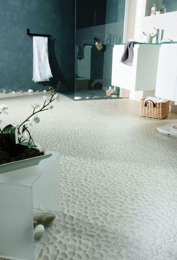 """A la douche comme à la plageSol PVC Trompe-l'oeil100 % recyclable à base de 58 % de matières naturelles. Disponible en lé de 2, 3 ou 4 m et en 2,6 mm d'épaisseur. Existe aussi en beige. """"Design 260, Galet white"""", de 9 euros à 12 euros le m2, Tarkett."""