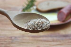 Dänisches Rauchsalz - dieses bei ca. 30C kalt geräucherte Meersalz benötigt 6 Tage in der Räucherkammer um seine schöne goldbraune Farbe und seinen feinen rauchigen Geschmack zu bekommen.