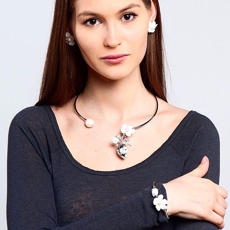 Обновление коллекции Audrey! Матовый и классический жемчуг, керамика и муранское стекло сочетаются в потрясающе легком и летнем цветочном дизайне! #selenajewelry #audrey#бижутерия #украшения #флористика #керамика #жемчуг #цветок #bijouterie #jewels #pearls #flowers #flowerjewelry #style #look #fashion #spring #fresh #весна #свежесть