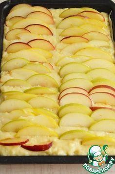 Пирог с яблоками Яйцо куриное — 2 шт Кефир (можно йогурт) — 240 мл Сахар коричневый (Мистраль) — 150 г Мука пшеничная / Мука (стакан (240мл)) — 2 стак. Масло растительное — 100 мл Ванильный сахар — 1 пач. Яблоко (крупное) — 3 шт Разрыхлитель теста — 2 ч. л. Масло сливочное (для смазывания формы) — 1 ч. л. Источник: http://www.povarenok.ru/recipes/show/84354/