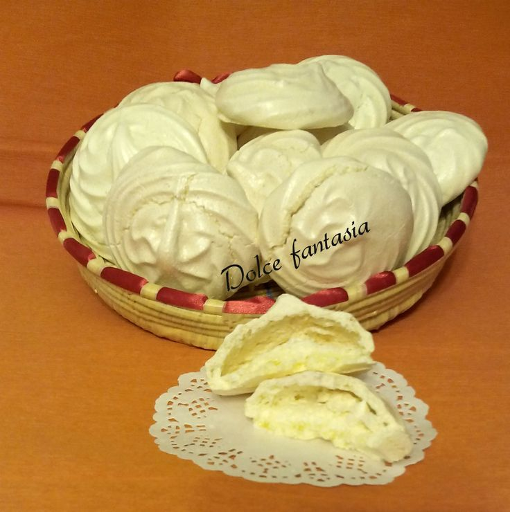 I Bianchini sardi o bianchittus al limone, sono simili alle meringhe, ma sono diversi sia nel gusto che nella consistenza.I bianchini si differenziano dal