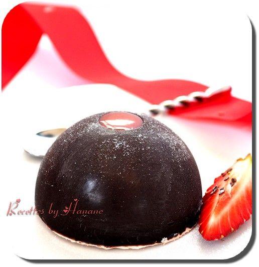 Un beau dessert qui en jette… comme chez le pâtissier! Composé d'une coque au chocolat noir, d'une mousse fruitée et d'un biscuit. Très facile à faire pour un résultat épatant ! 20 cl de crème liquide entière 200g de fraises ou framboises mixées 50g de...