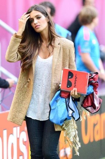 Sara #Carbonero, #fidanzata di #Casillas, sfoggia un look impeccabile anche sul campo da calcio   #wags