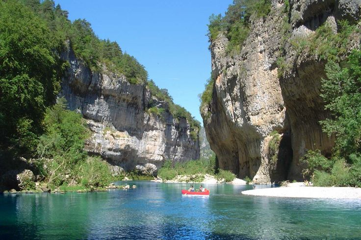 A guide to the outdoor sports activities in the Gorges du Tarn, inc. hiking, canoeing, rock climbing and paragliding. Plus accommodation recommendations.