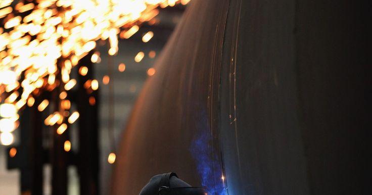 Diferencia eléctrica entre la soldadura MIG y la soldadura de arco con electrodo revestido. Soldar es un arte que requiere mucha capacitación para poder lograr una conexión sólida entre partes. Existen muchas técnicas diferentes, como la soldadura MIG y la soldadura de arco con electrodo revestido. Ambos procedimientos usan fuentes eléctricas diferentes.