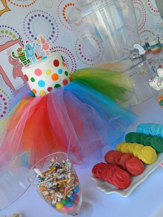 Tulle Cake stand. (From the awesome Hostess with the Mostess blog!) @shelleybloomer by Queen Esther