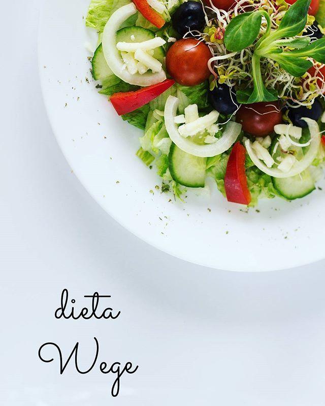 Dieta Wege Jest to dosyć popularna odmiana diety wegetariańskiej, w której świadomie rezygnuje się z mięsa, ryb i owoców morza. W diecie dopuszcza się natomiast produkty pochodzenia odzwierzęcego np. jajka i produkty mleczne. Dodatkowo deficyt białka pochodzenia zwierzęcego zostaje uzupełniony białkiem z nasion roślin strączkowych oraz orzechów i pestek.  Dieta Wege jest popularna również ze względu na właściwości prozdrowotne. Laktoowowegetarianie rzadziej niż amatorzy mięsa cierpią na…