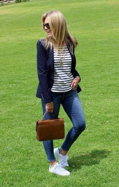 HOJE - Jeans, tênis, blusinha e se está frio jogo um casaquinho por cima. Quase sempre uso essa combinação, para trabalhar troco o tênis por sapatilha