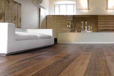 Houten vloer met brede planken. Zeer mooi in combinatie met witte meubelen.