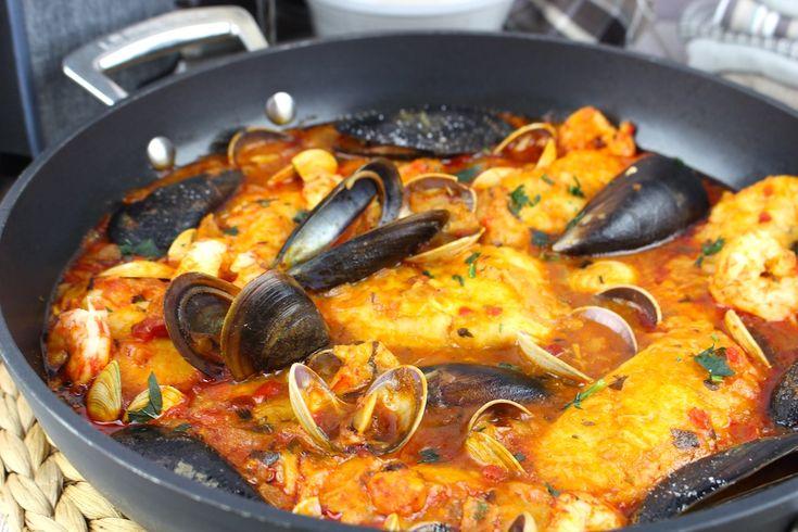 Receta de merluza a la marinera con gambas, almejas y mejillones. Cómo hacer merluza en salsa marinera con un toque picante. Videoreceta paso a paso.