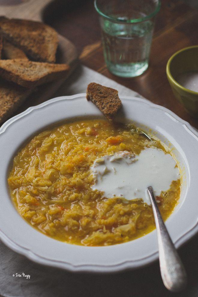Vöröslencsés savanyú káposzta leves... kérdezhetnétek, hogy nem ez a korhelyleves? De valami olyasmi! :) A korhelyleves, vagy savanyú káposzta levesklasszikus újévi fogás, egy igazán lélekerősítő étel. Újév ide vagy oda, én már most megkívántam ezt a fino