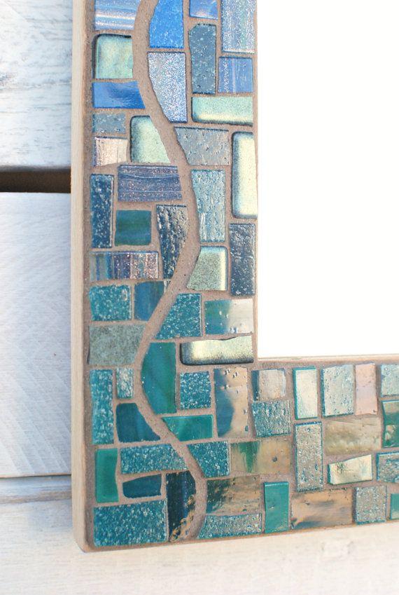 Este mosaico espejo cuenta con un cambio de color y textura, de brillante vidrio en verde azulado y azul en la parte inferior, en plano porcelana sin esmaltar en tan y marrón en la parte superior. Johannah creó una línea sinuosa de la lechada que giros por la longitud de cada lado. Nos encanta el juego de cristal brillante contra silenciado cerámica y el uso de azulejos de corte recto para crear las líneas de lechada curvado. Kyle hace que nuestros cuadros a mano de madera recuperada…