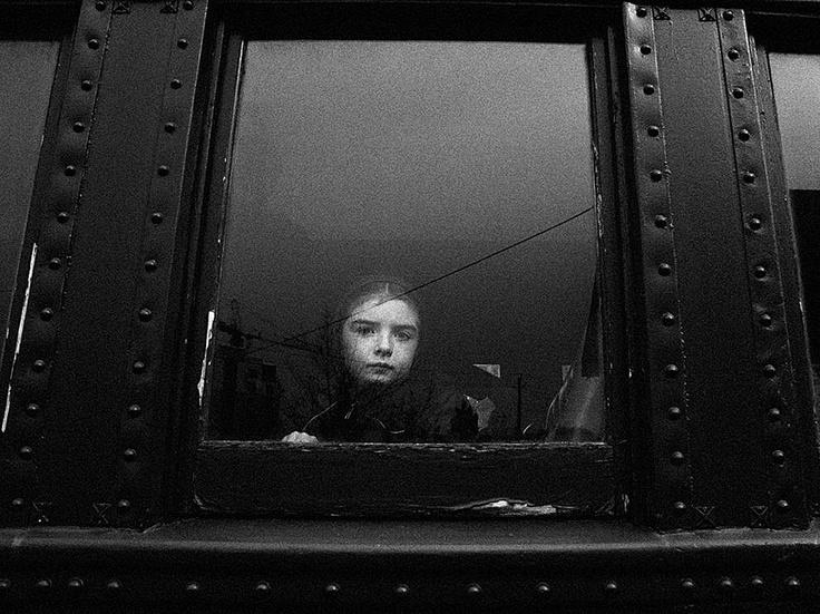 Fotografia di Tatum Wulff, My Shot    Una giovane mennonita guarda fuori dal finestrino del treno a vapore della ferrovia turistica di Waterloo Central Railway, in Ontario, Canada. La foto è stata scattata nell'ottobre 2012, ma sembra quasi senza tempo.