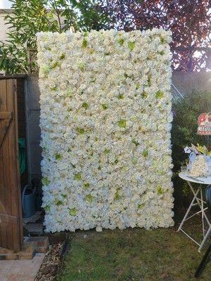 Notre mur de fleurs : le Jade ! Une exclusivité La Vie En Roses ! Un point photo original, splendide et raffiné. Fabriqué à la main, composé de fleurs dans les tons blanc - vert, il est disponible à la location pour tous vos événements. Il mesure 2m30 sur 1m50. Retrouvez plus de photos sur notre site internet : www.lavieenroses-weddingplanner.fr mur de fleurs , wall of flowers , floral wall , floral backdrop , photobooth , photobooth backdrop , point photo , mariage , wedding