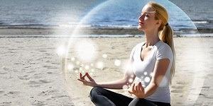 Если человек спокоен, то излучает особую энергию, и она очень отличается от тех вибраций, которые исходят от него, когда он напряжен или подавлен. Если вы спокойны, то без усилий способны противостоять воздействию негативных энергий, атакующих вас. Вокруг вас образуется невидимое защитное поле, в которое может проникнуть только более высокая духовная энергия.