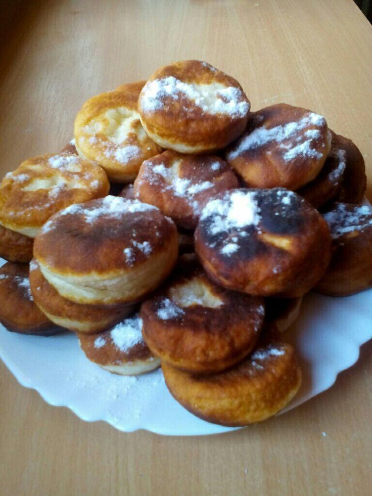 Az angol muffin (English muffin) nem egészen az általunk ismert klasszikus, édes muffin. Inkább a fánkhoz hasonlít. Sok előnye van, például hogy gyorsan elkészül, illetve tökéletes félbevágva, dzsemmel megkenve is, de az egyik legjobb ha egy tükörtojást rakunk a közepébe. ;) Ez az alapja a Benedcit tojásnak is.
