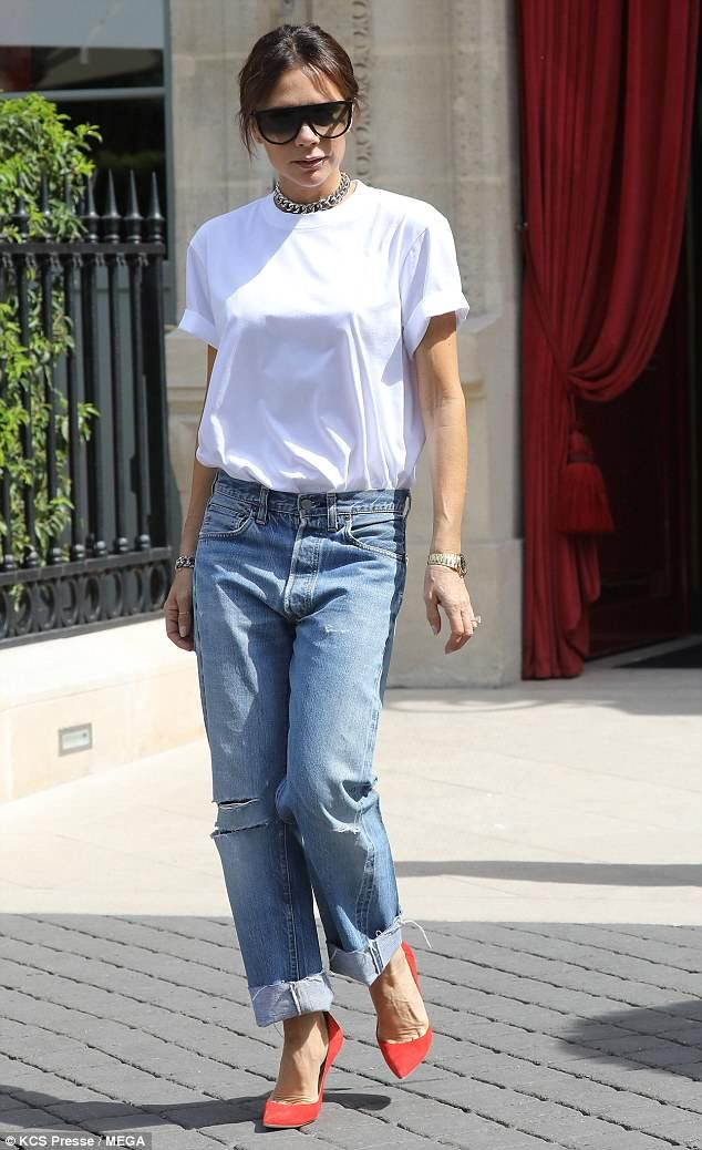 best website 049da ebea6 Victoria Beckham keeps it simple in white T-shirt and jeans ...
