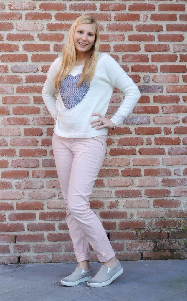 Outfit: pastelroze broek - grijze slip ons - pull met hart